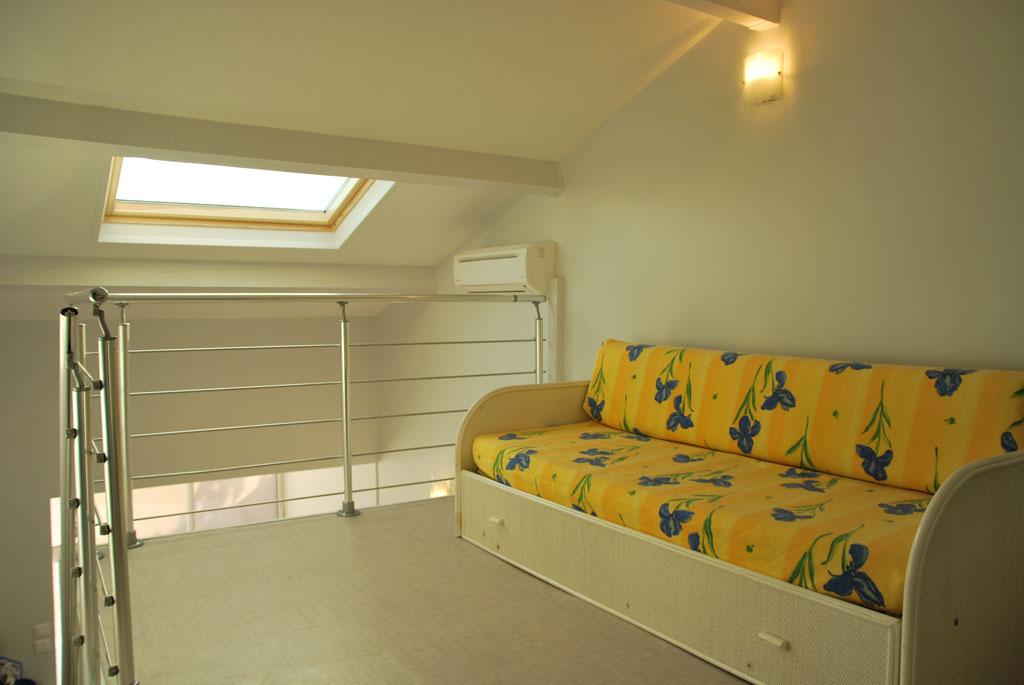 Mezzanine avec couchage lit-gigogne.