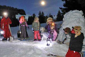 Sortie raquettes, construction igloo avec les enfants. Station d'hiver à Notre Dame de Bellecombe.